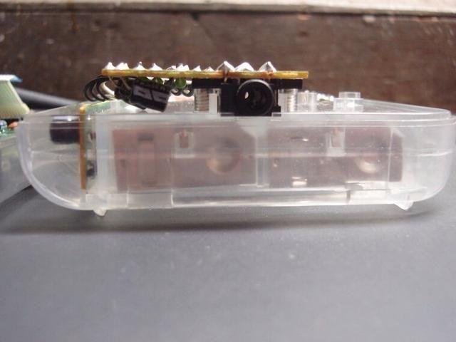 Ahora atornille la placa en su lugar. Asegúrese de que todavía pone al ras dentro de la caja. Don't force it to fit, just carefully rebend the capacitor leads until it fits correctly.